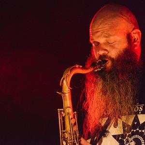 Thumb 4 saxophones and a beat machine